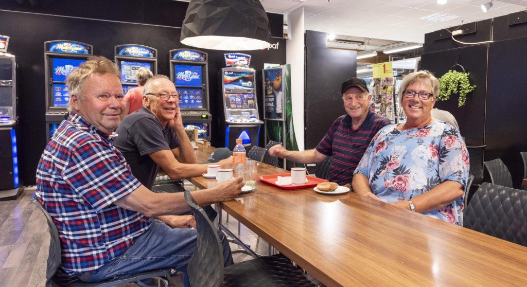 Bertil Edström, Sören Karlsson, Håkan Jansson och Birgit Wikstrand dricker kaffe tillsammans på ett kafé i Godby. Ibland ventilerar de sina åsikter om kommunreformen, men minst lika ofta pratar de om något helt annat. Foto: Kjell Söderlund