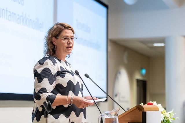 I framtiden kan vi inte utgå ifrån att alla kommuner har samma lagstadgade uppgifter, sade Kommunförbundets vd Minna Karhunen när hon öppnade partiledardebatten på Kommunmarknaden.