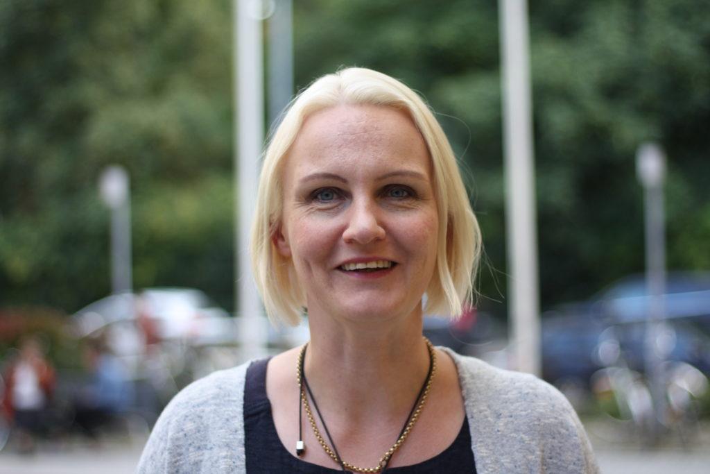 I de nya vårdlandskapen måste tvåspråkigheten förverkligas i det dagliga arbetet, säger Linnéa Henriksson.