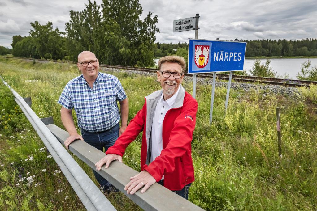 Två ordförande, två partier och två åsikter i Kaskö. Kari Häggblom till vänxter (SDP) motsätter sig en fusion med Närpes, medan Carl-Gustav Mangs (SFP) är för.
