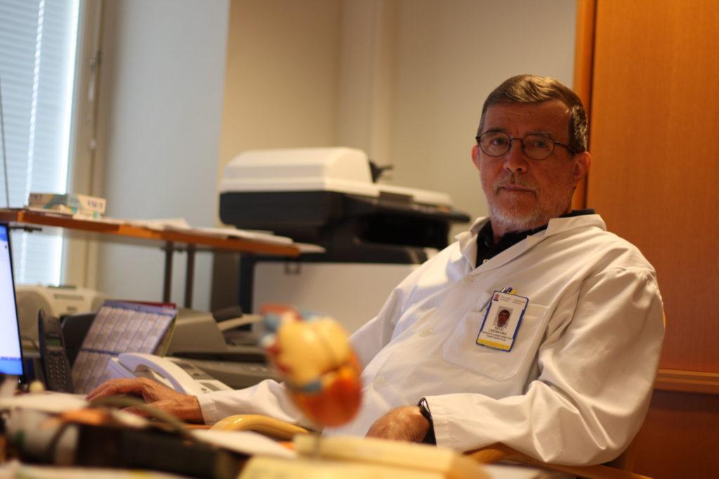 Reijo Grönfors, överläkare och vd för Åbolands sjukhus, säger att det finns goda förutsättningar för fortsatt tvåspråkig vård på sjukhuset. Men för att förutsättningarna ska vara riktigt bra behövs ändringar i verksamhetsstadgan. Foto: Dan Lolax
