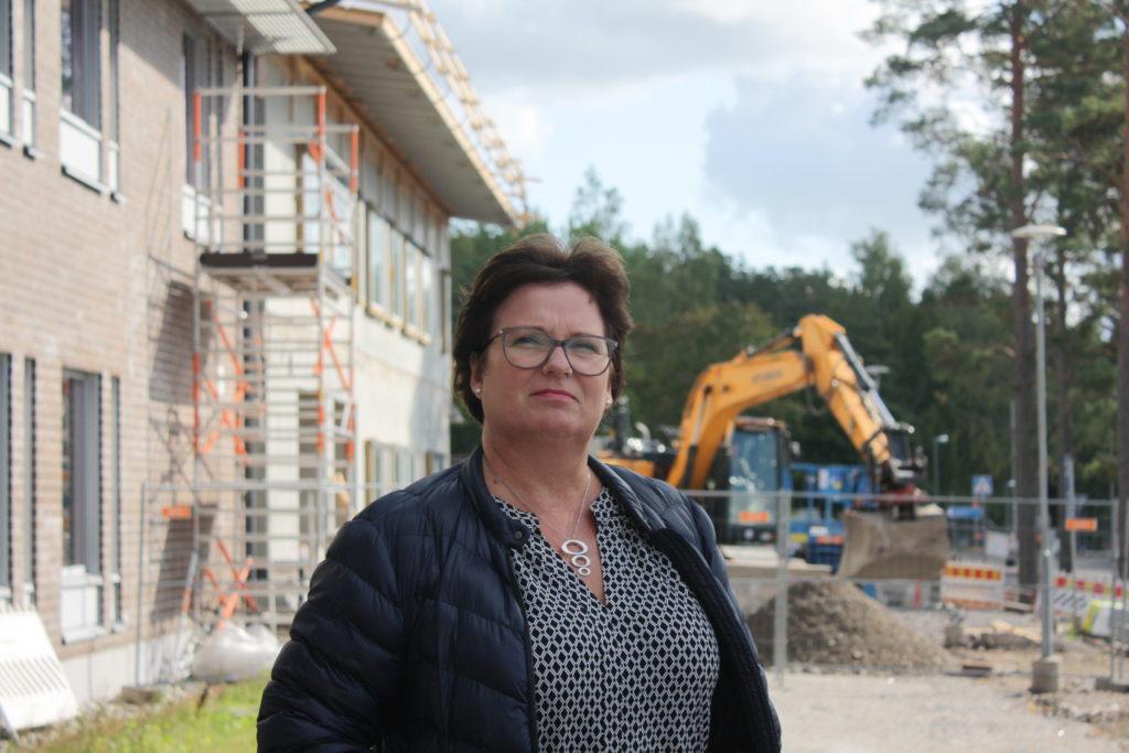 Grävskopan i bakgrunden vittnar om att Kårkulla samkommun investerar. Investeringsbehovet består, men trots det kommer samkommunen inte att höja sin budget för 2020, säger direktör Sofia Ulfstedt. Foto: Dan Lolax