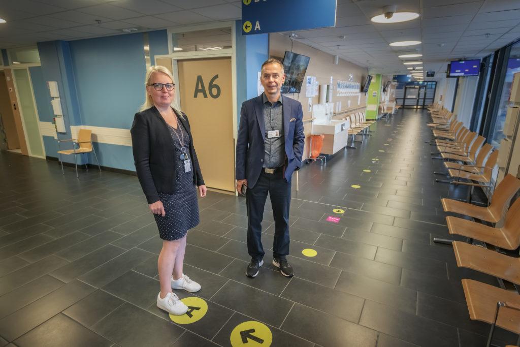 Språklärare Anna Backlund och chefsöverläkare Reijo Autio säger att Vasa centralsjukhus har en fördel av att ha språkundervisningen i egen regi. Foto: Johannes Tervo