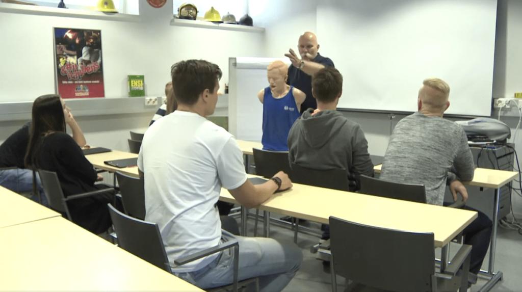 Bild från säkerhetsvideo producerad av Helsingfors räddningsskola. Videon finns längre ner i artikeln.
