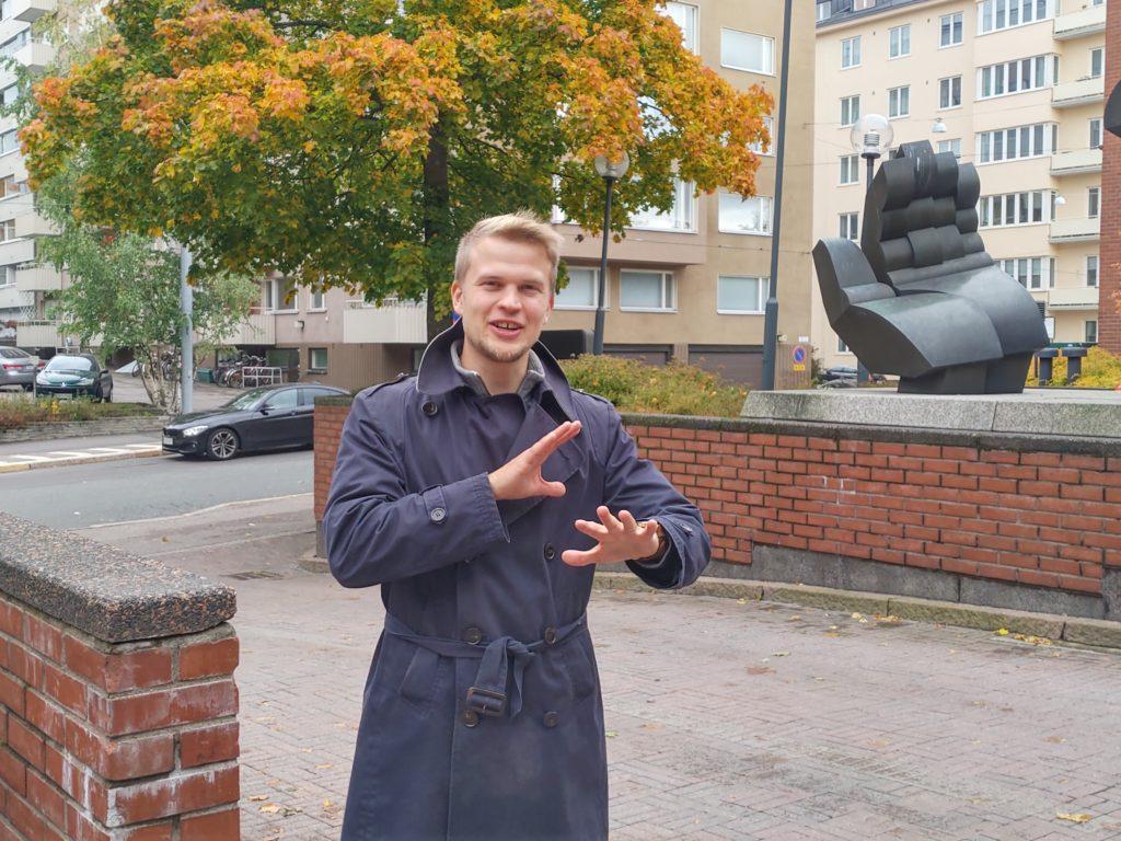 Ger en hjälpande hand. Jaan Siitonen fick upp ögonen för det svenska språket i Dragsvik. Foto: Dan Lolax