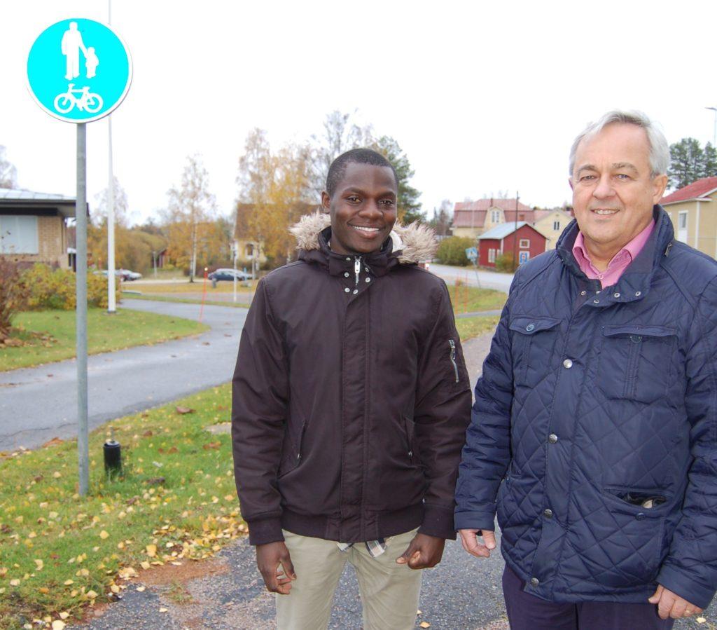 Amuli Venace är Stefan Håkans allra sista klient. Den sjuspråkige kongolesen kom till Vörå som kvotflykting i maj 2018. Han föddes 1994, samma år som Håkans började arbeta som flyktingkoordinator i Korsholm. I november flyttar Venace till Vasa där han jobbar som postutdelare. Han fortsätter att studera på invandrarklassen på Norrvalla.
