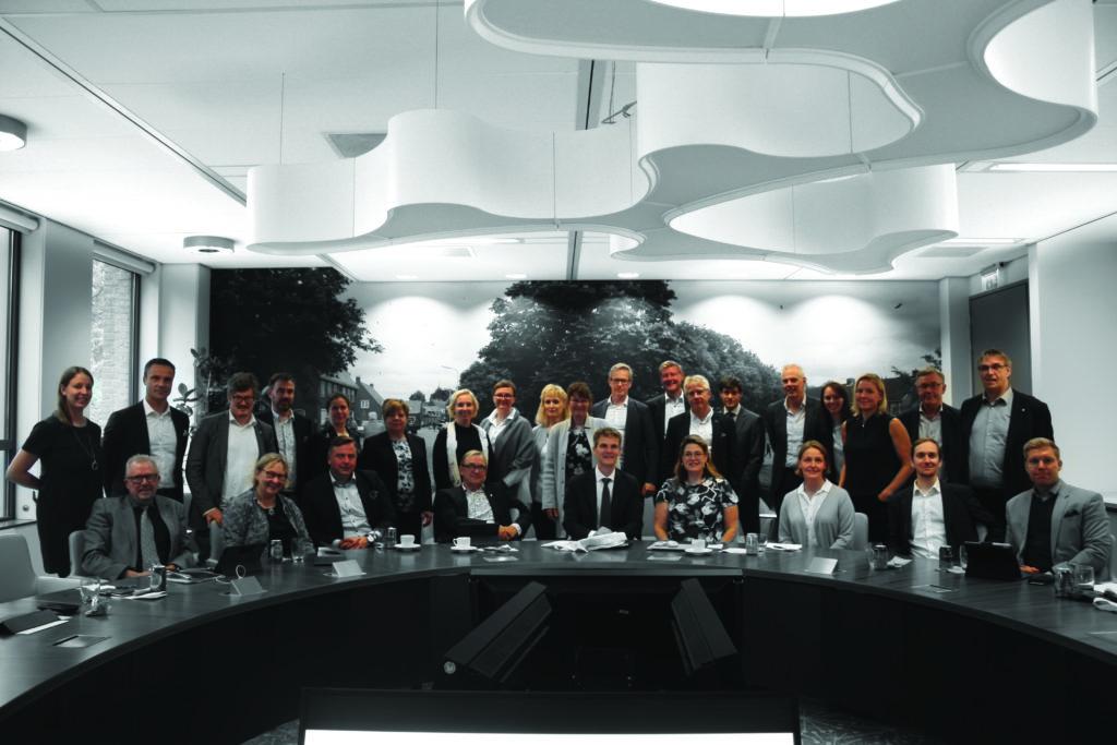 Minna Karhunen tillsammans med kommundirektörer under fjolårets kommundirektörskonferens i Holland.