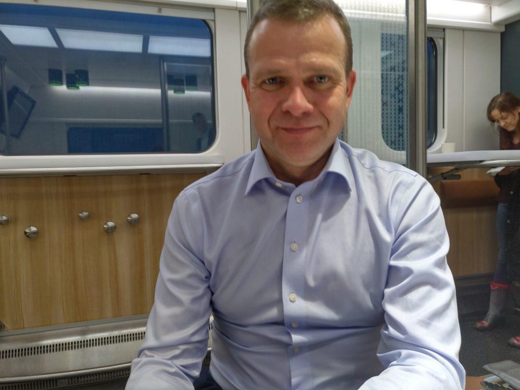 Samlingspartiets ordförande Petteri Orpo tog tåget till Åbo på fredag eftermiddag.