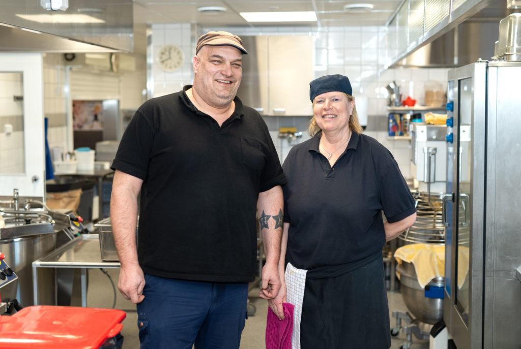 Joakim Hellström och Benita Johansson och kollegor i köket i Övernäs skola i Mariehamn. Foto: Kjell Söderlund