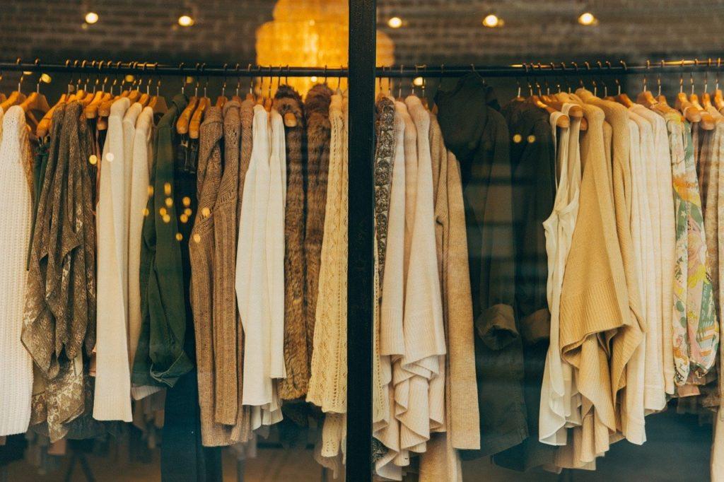 Textilier sorteras och blir returfiber. Foto: Pixabay