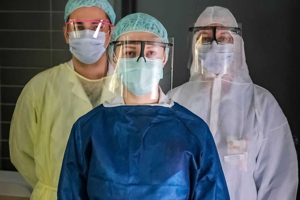 Malax. Specialtandläkare Ulrica Pada (i vitt), läkare Cabir Yaya (i gult) och läkare Sazana Abdula (i blått) på Malax HVC. Foto: Johannes Tervo