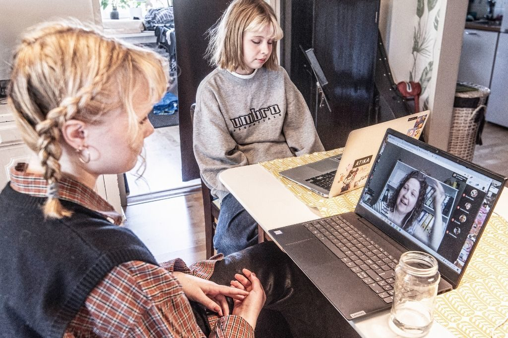 Helsingfors. Aino Kokkonen och Elsa Kallio går första året i Helsingin kuvataidelukio och får distansundervisning. Foto: Karl Vilhjálmsson