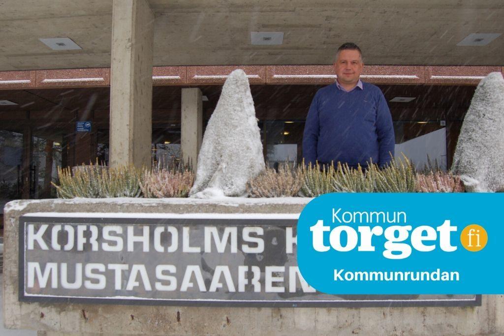 Korsholms nya kanslichef Tony Hellman är nöjd med sitt nya jobb även om den pågående coronakrisen med dess alla restriktioner har varit en omtumlande period.  Foto: Joakim Snickars