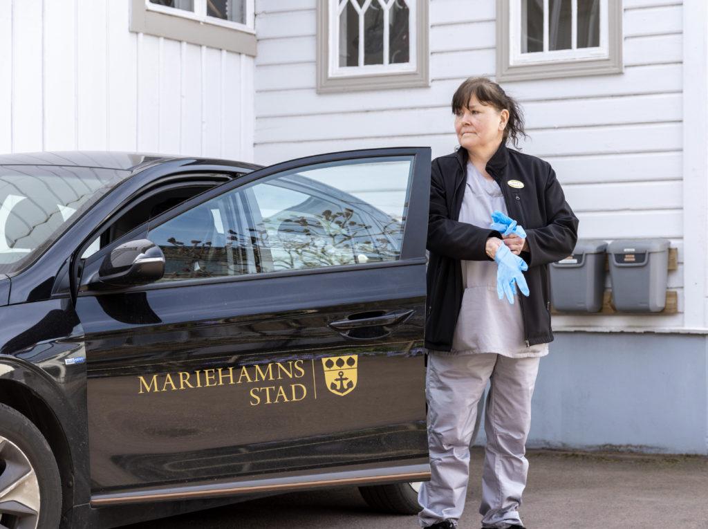 Ingvor Sundström arbetar inom hemtjänsten i Mariehamn. Numera använder hon även munskydd som tas på när hon går in till sina klienter. Foto: Kjell Söderlund
