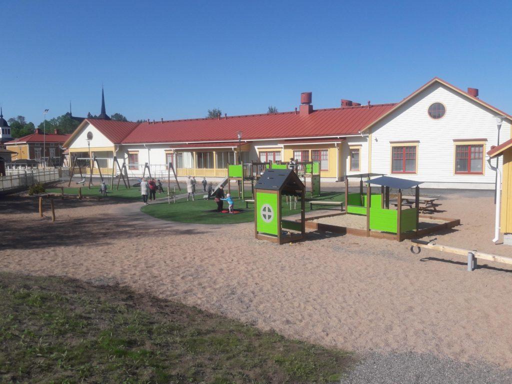 Kristinestads daghem Myllybacken samlar finsk- och svenskspråkiga barn i centrala Kristinestad.
