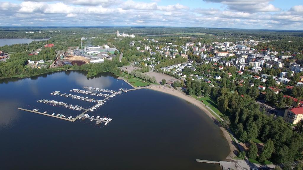 Staden Lojo har varit officiellt tvåspråkig sedan fusionen med Lojo kommun 1997. Den svenska minoritetens andel minskade vid samgången med enspråkigt finska Sammatti, Karislojo och Nummi-Pusula vilket ses som en orsak till uppfattningen om att språkklimatet försämrats.