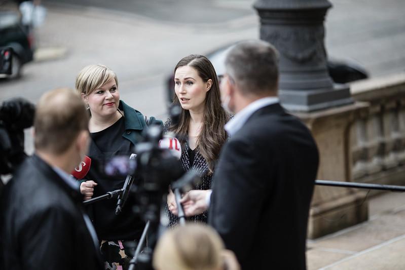 Annika Saarikko (C) och Sanna Marin (C) inför budgetförhandlingarnas sista dag.