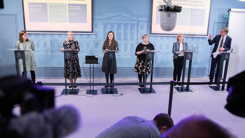 Ministrarna Li Andersson, Maria Ohisalo, Sanna Marin,  Annika Saarikko, Anna-Maja Henriksson och Matti Vanhanen presenterade statsbudgeten för nästa år idag. Budgeten visar ett underskott på närmare 11 miljarder euro.