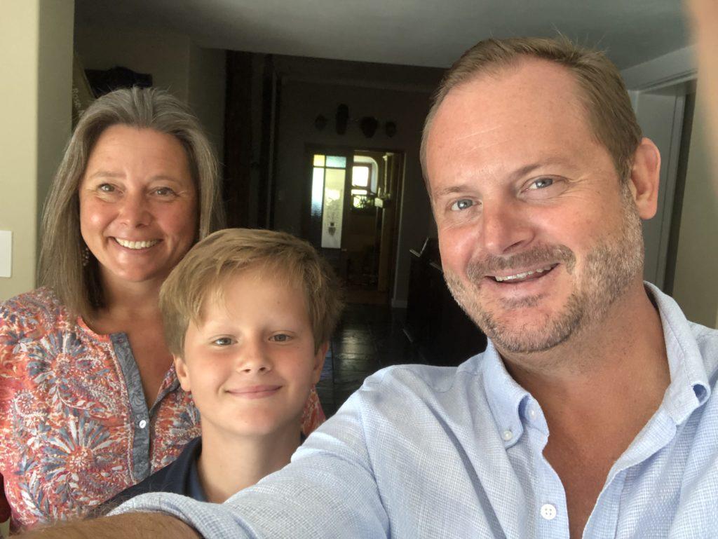 Suzan Eriksson, William Oriander och Niklas Oriander. Tiden som hemmapappa i Mocambique har gett större förståelse för föräldraskapet, en viktig insikt för att förstå kommuninvånarna i Kumlinge.