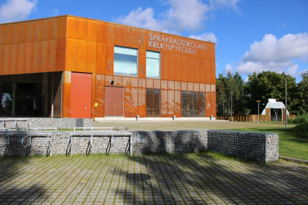 Jakobstad var tidigt ute med språkbad. Det inleddes redan 1992 och 2003 grundades en egen skola. Nu får alltså de 420 eleverna fått flytta in i en nybyggd skola.