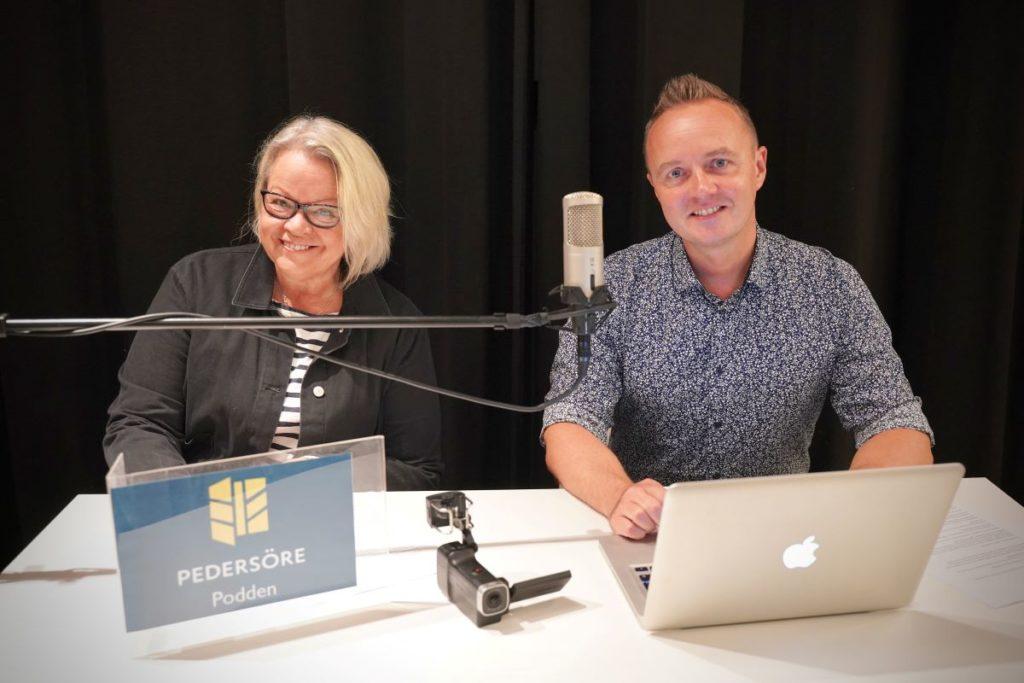 Programledare i Pedersörepodden är Katta Svenfelt och Dennis Rönngård.