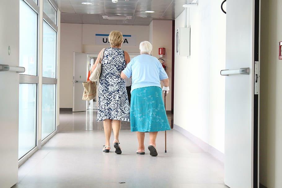 Finländarna är överlag nöjda med den offentliga sektorns service, men inom äldrevården krävs förbättringar.