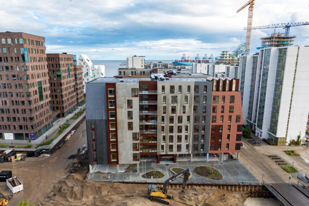 Går det att bygga bort ensamhet? Danska Århus har byggt ett hus som med sin arkitektur insisterar på att människor ska mötas. I huset som har fått namnet Generationernas hus samsas barnfamiljer med studenter och pensionärer.