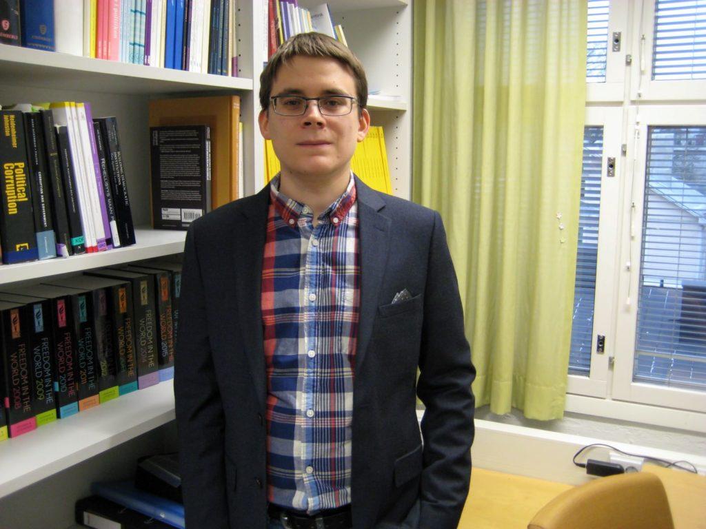 """Fredrik Malmbergs forskningsprojekt """"Smolk i ankdammen? Uppfattningar och attityder angående korruption i finlandssvenska kommuner"""" finansierades av SLS."""