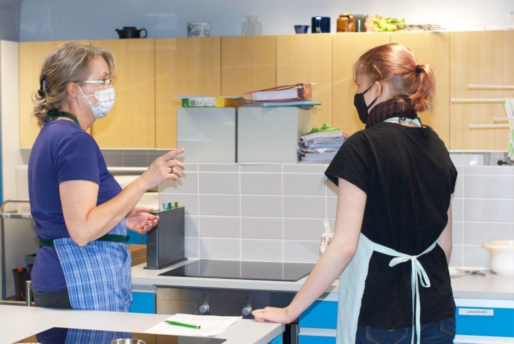 Sipoon martats ordförande Päivi Tamminen och kursdeltagaren Nora kom varandra nära under matlagningskursen.