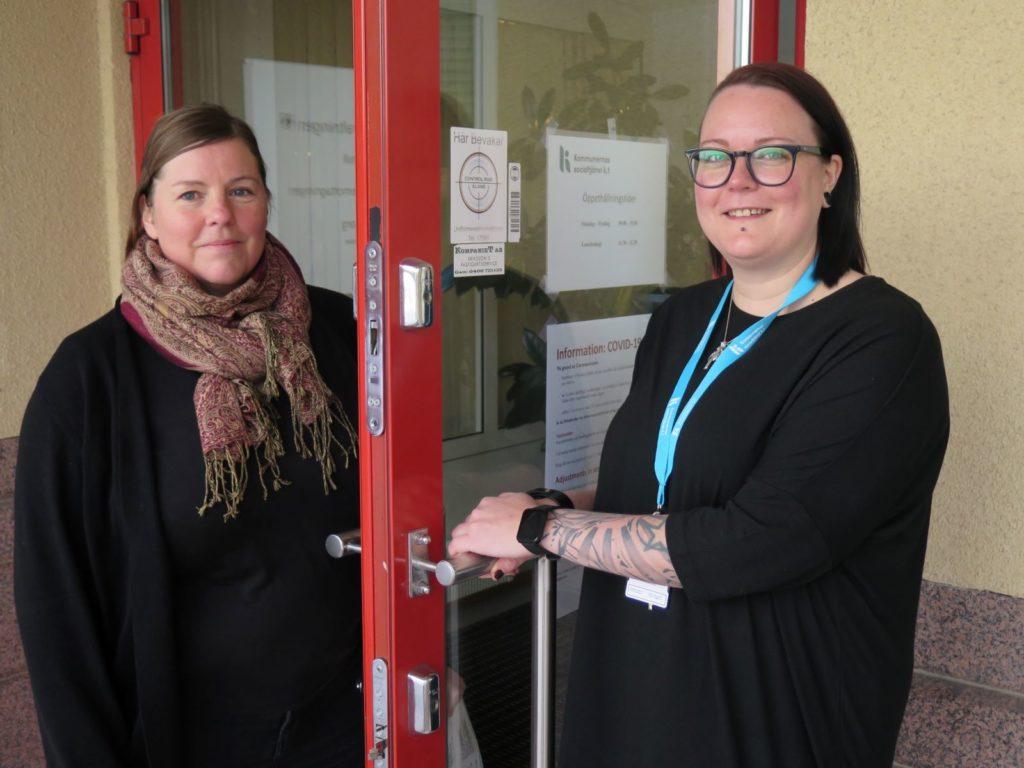 Ulrika Holmlund till vänster och Malin Lundberg har numera KST som arbetsgivare. Ulrika är socialarbetare inom området vuxensocialarbete med fokus på integration och Malin är socialhandledare inom området tidigt stöd. Lundberg säger att det är skönt att få koncentrera sig på ett område och inte jobba med allt. Tidigare hade hon endast en arbetskamrat inom socialtjänsten vid Saltviks kommun.