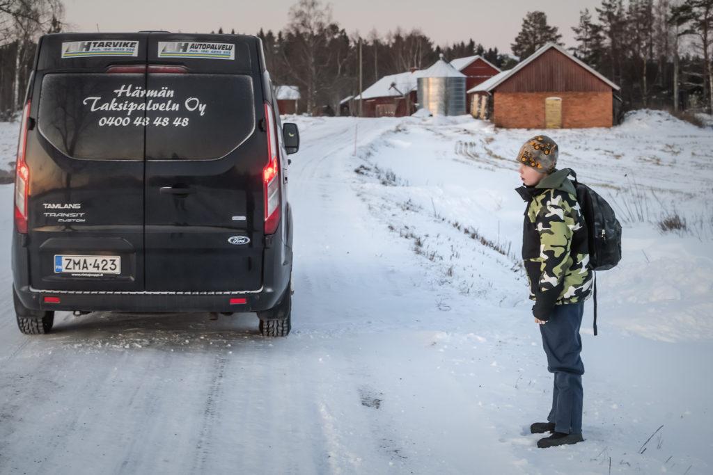 Roni Kapanen åker med skoltaxi från hemmet i Vörå till skolan i Alahärmä. Varannan vecka bekostas taxin av Vörås bildningssektor, varannan vecka av kommunens socialsektor.