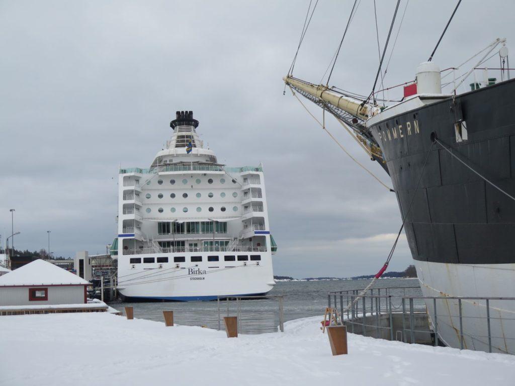 Marknaden för segelfartyget Pommern var över under andra världskriget. Pandemin blev dödsstöten för kryssningsfartyget Birka Stockholm, som gått mellan Mariehamn och Stockholm. Verksamheten lades ner i somras och över 500 personer blev arbetslösa. Båda fartygen ligger förtöjda i Mariehamns Västerhamn. Pommern som museifartyg och Birka Stockholm i väntan på en ny köpare.