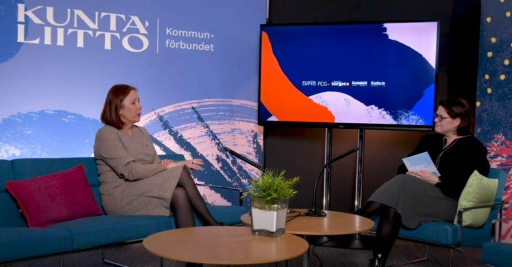 Kommunminister Sirpa Paatero och Kommunförbundets vd Minna Karhunen i en diskussion om kommunalt beslutsfattande och kommunens framtida roll.