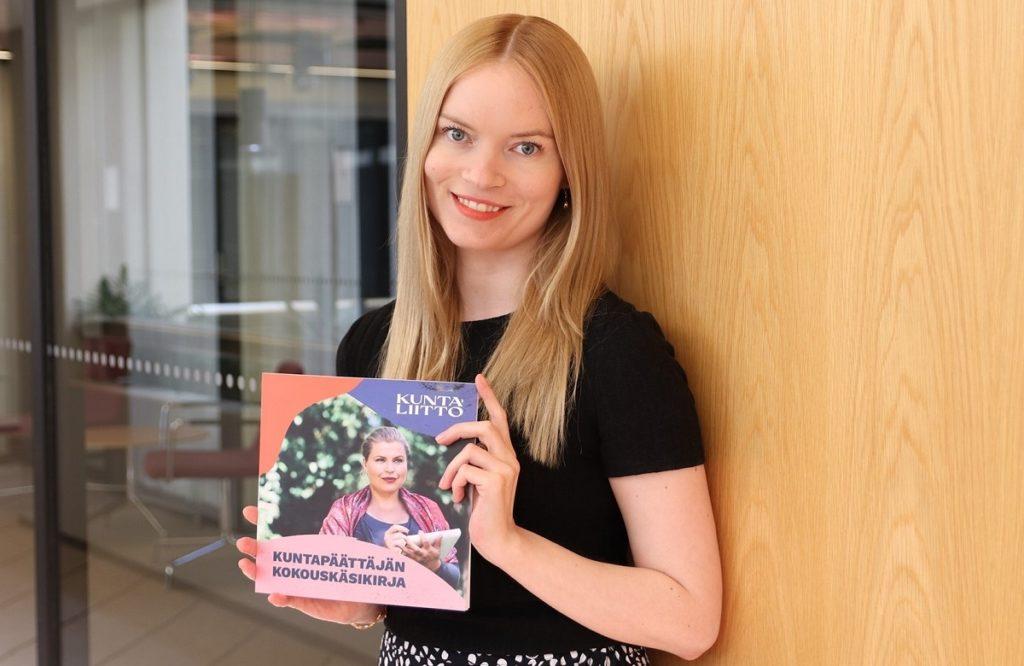 Saija Haapalehto hoppas att den uppdaterade handboken för nya och återvalda förtroendevalda blir välanvänd.
