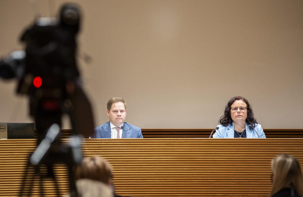 Social- och hälsovårdsutskottets ordförande Markus Lohi (C)och vice ordförande Mia Laiho (Saml). Utskottet gav grönt ljus för reformpaketet i juni.