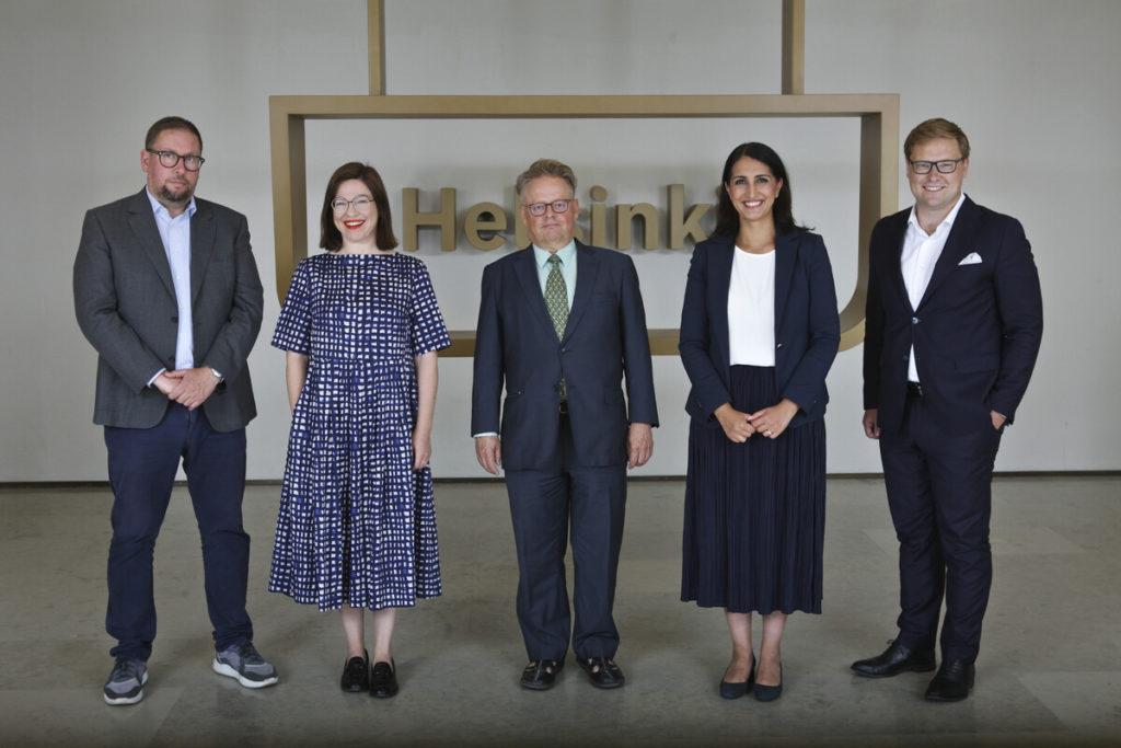 Helsingfors borgmästare och biträdande borgmästare Juhana Vartiainen (Saml), Anni Sinnemäki (Gröna), Nasima Razmyar (SDP), Daniel Sazonov (Saml), Paavo Arhinmäki (VF).