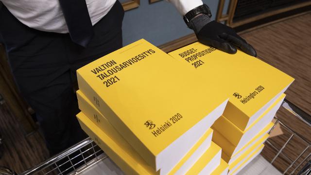 20201002 Valtion talousarvioesitys 2021 eli budjettikirja on saapunut taloon! Se jaettiin täysistuntosaliin 2. lokakuuta 2020.