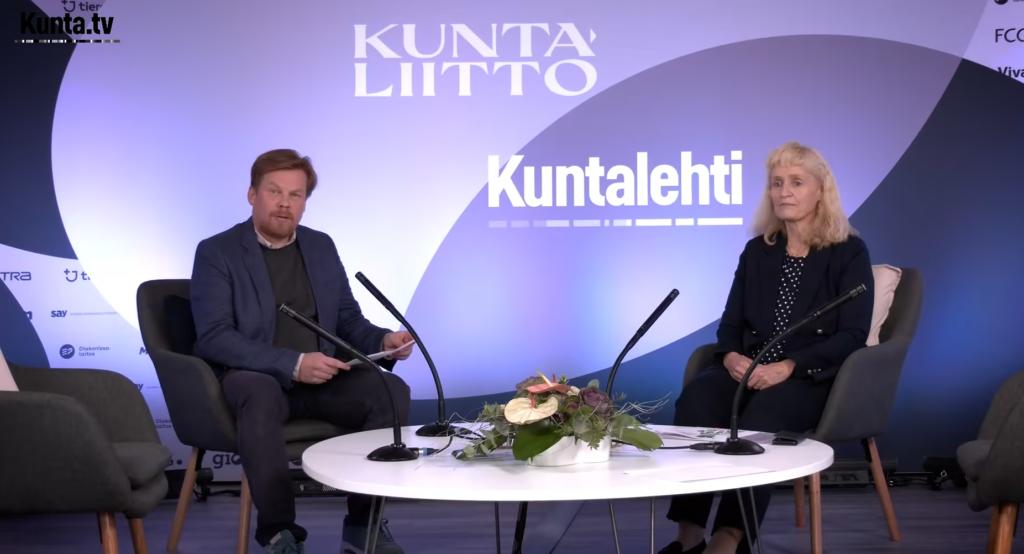 Forskningschef Marianne Pekola-Sjöblom diskuterar valet i januari med Kommuntorgets chefredaktör Dan Lolax.
