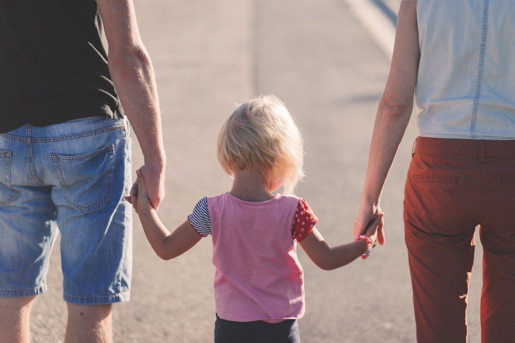 Att familjen har en central ställning visas av att förtroendet till familjen är starkt oberoende av de svarandes ålder, boningsort eller utbildningsbakgrund. Familjen har behållit sin ställning trots att familjebegreppet idag är mångsidigare än förut, heter det i E2:s pressmeddelande.