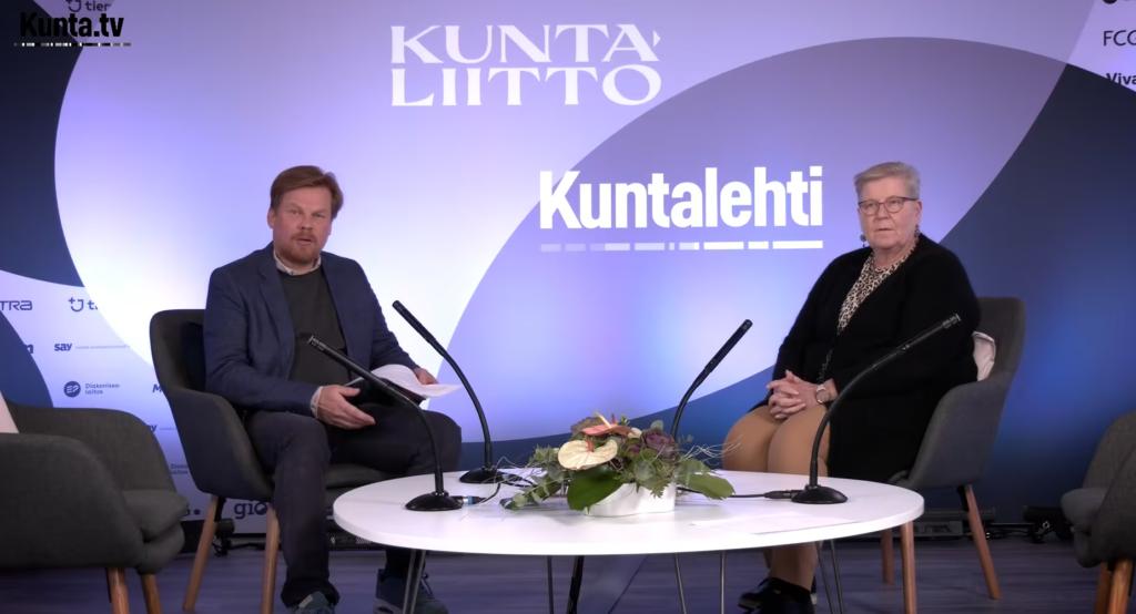 Terhi Päivärinta och Dan Lolax diskuterar den utvidgade läroplikten i Kommunmarknadsstudion.