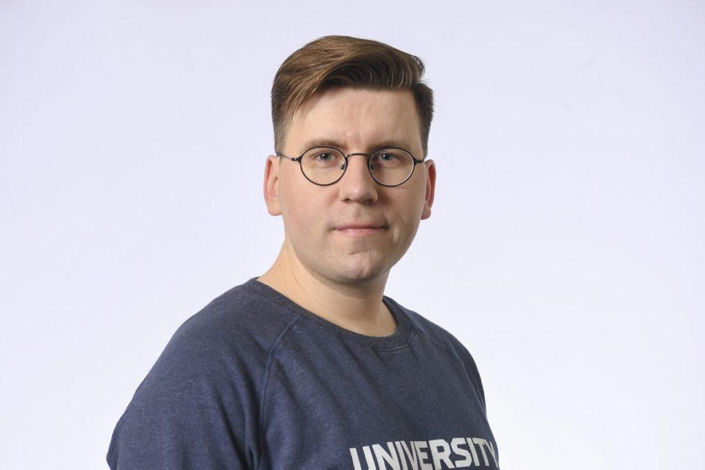 Sebastian Tynkkynen (Sannf) valdes till fullmäktige i Uleåborg i valet 2017. Under kampanjen gjorde han sig skyldig till hets mot folkgrupp. Tynkkynen lämnade fullmäktige när han blev invald i riksdagen 2019.