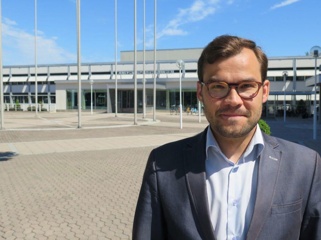 Raine Katjamäki kom till Eckerö kommun från en tjänst som rättssakkunnig vid Ålands landskapsregering. Till hans arbetsområden då hörde den stora kommunreform som planerades under den förra landskapsregeringen.